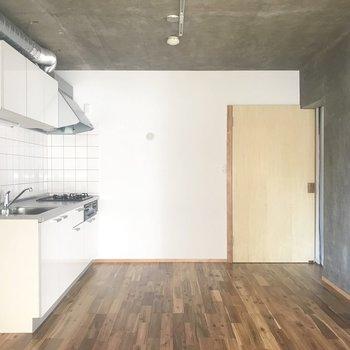 キッチンスペースも広々使えそうです。ドアの横が冷蔵庫スペースです!