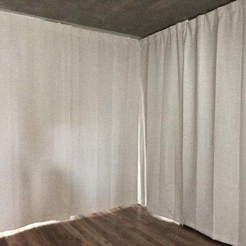 玄関横の居室。カーテンを占めるとこんな感じに。