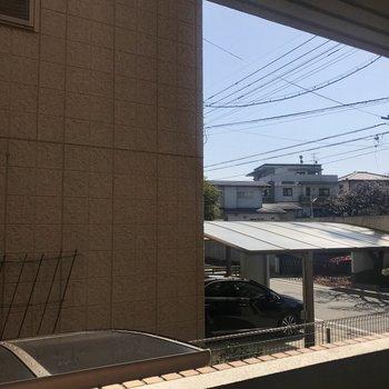 眺望は隣のお家。右側が抜けているので、光は入ってきます!