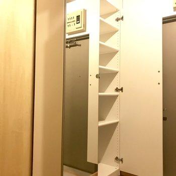 玄関には全身鏡も付いた大容量のシューズボックス!