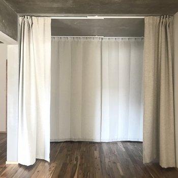 カーテンで仕切ると個室のように使えます。カーテンをスクリーンとして利用してプロジェクターで映すのも◎