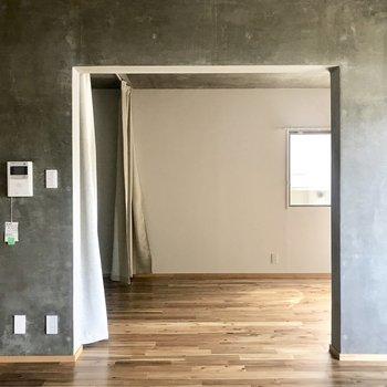 リビング側から居室を。