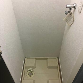洗濯機置き場。前には扉があるので普段は隠せます。