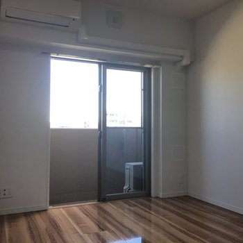 壁は白く、床はフローリング。いたってシンプル。