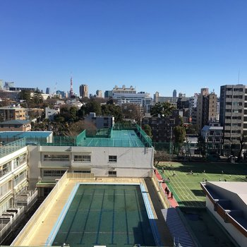 お部屋の目の前のは小学校。しかし、奥には六本木ヒルズが見えて都会を感じられます。
