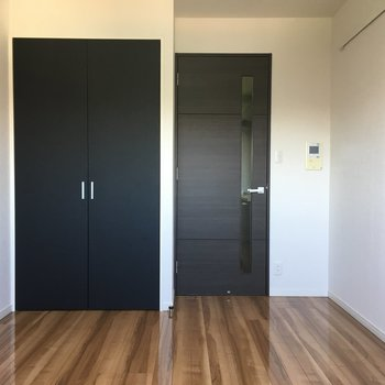 扉の色はブラウンでお部屋を引き締めます。