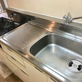 グリルも付いたピカピカのコンロもあるしお湯と水で蛇口が2つ!