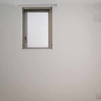 小窓も完備 ※写真は1Kの似た間取り(2階)のお部屋です。