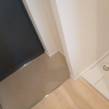 玄関の横には洗濯機 ※写真は1Kの似た間取り(2階)のお部屋です。