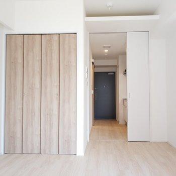 シンプルに素敵なお部屋。お部屋とキッチンの間の仕切りはありません。 ※写真は1Kの似た間取り(2階)のお部屋です。