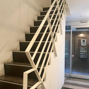 2階なので階段でも。