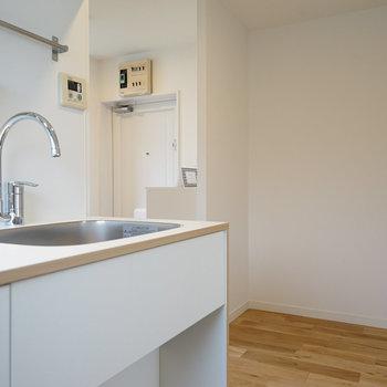 キッチン横にもかなりのスペース。冷蔵庫と食器棚も置けそう◎※写真は前回募集時のもの