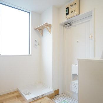 こちら玄関。白くて清潔感ばっちり◎※写真は前回募集時のもの