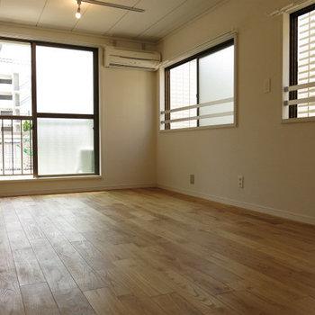 窓がたくさんあり、風通しも良いです※写真は前回施工のお部屋