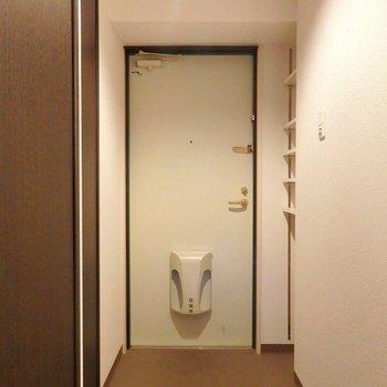 玄関はゆったり。収納もクロースタイプとオープンタイプが一つずつ。