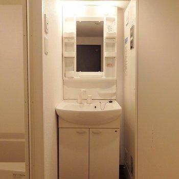 独立洗面台はシンプルで使いやすい。