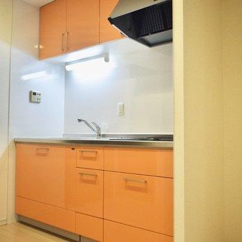 このマンションの主要カラー、オレンジがキッチンにも! 隣に冷蔵庫を置きましょう◎