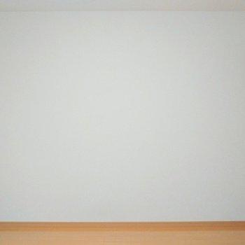 ソファとベッド両方置けそうな広さ! ※写真は1階の同間取り別部屋のものです