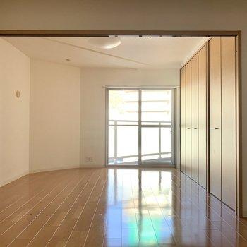 洋室①リビング横の洋室。 ガラッと開けて広々リビングとして使うのも◎