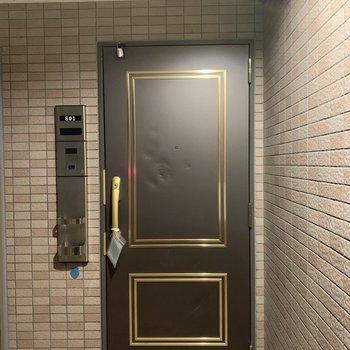 玄関扉も素敵です。