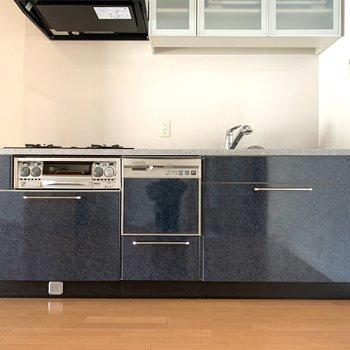 キッチンはクールなブルーカラー