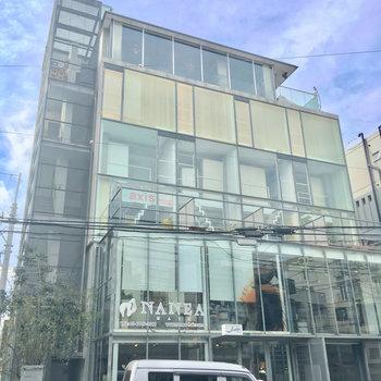 ガラス張りー!ショップやオフィスが入っている建物です!