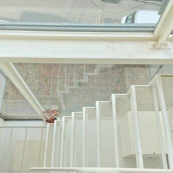 下の階を見下ろすとこんな感じ。爽やか・・・!※クリーニング前です