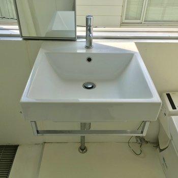 洗面台もシンプルに!鏡は窓に※クリーニング前です