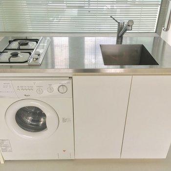 キッチンもご覧の通り、乾燥機付き洗濯機が嬉しい!※クリーニング前です