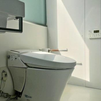 タンクレスでスマートなトイレと、※クリーニング前です
