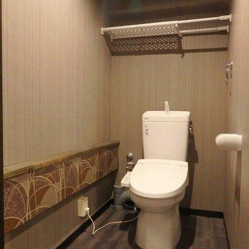 旅館のトイレみたいに和モダン。