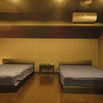 こちらは洋室。ベッドは2つでも入ります(※写真の家具小物は見本です)
