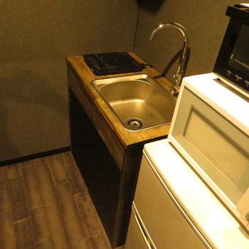 キッチンも木ふんだん。コンパクトなのでシンクトレーの活用を(※写真の家電は見本です)
