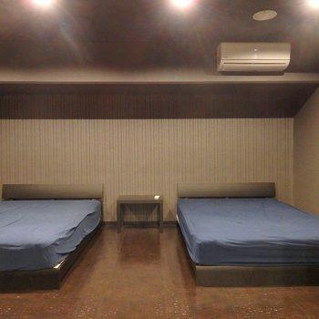 ベッドは2つ。
