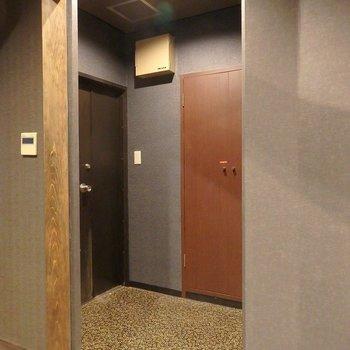 玄関はこちら。あの扉はシューズボックスじゃないので、注意!
