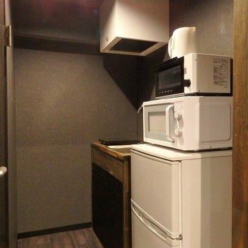 こちらはキッチン。冷蔵庫、レンジ、トースター、電気ケトルが付きです◎