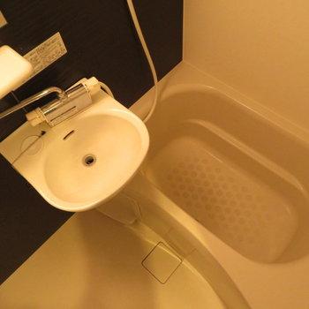お風呂もシックですね。2点ユニットですがサーモ水栓です