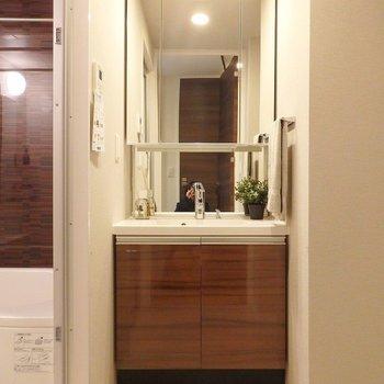 洗面台は大きな鏡が便利だなあ~!