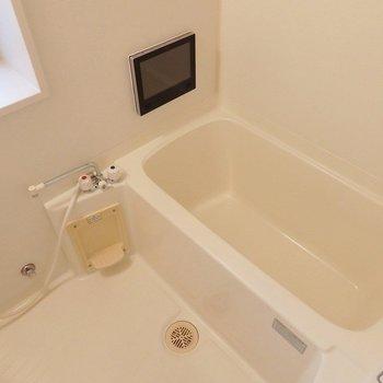 お風呂にはなんと、テレビが!長風呂注意です。