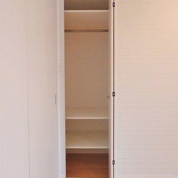 寝室の収納はこんな感じ。