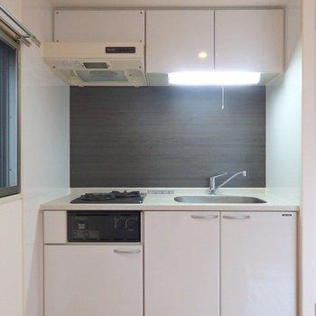 キッチンは2口ガスコンロ。白くてお部屋にもマッチしてます。