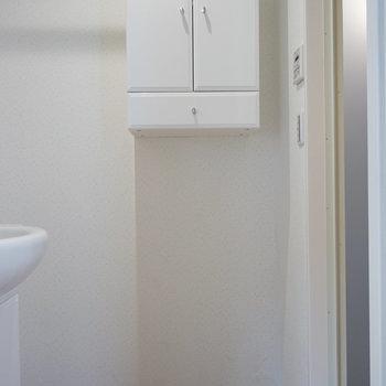 洗濯機置場と上には収納。※写真は2階の別部屋です。