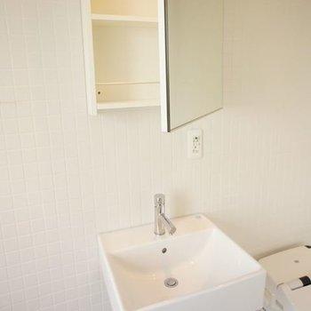鏡を開けると収納、外国風※写真は6階同間取りの別部屋です
