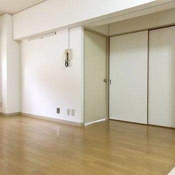 壁寄せで置きたい家具はこちら側の壁へ。