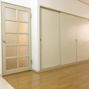 玄関へ続く扉の横には収納。