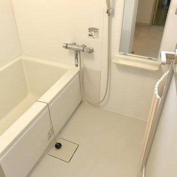 ゆったりめの浴槽で肩までしっかり浸かれます♬