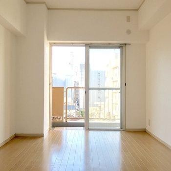 洋室部分。収納スペースがない分、家具が置きやすい。