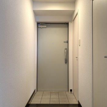 タイル床の玄関はとってもシンプル(※写真は8階の同間取り別部屋のものです)