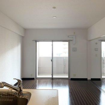 キッチン側からリビングを一望(※写真は8階の同間取り別部屋のものです)