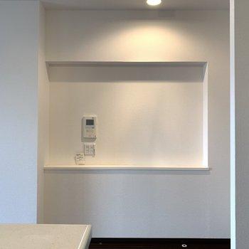 キッチン横にはちょっとしたスペース。ドライフラワー飾るとおしゃれ。(※写真は8階の同間取り別部屋のものです)